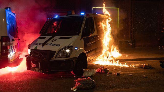 Surt de la presó l'acusada de provocarl'incendi de la furgoneta de la Guàrdia Urbana