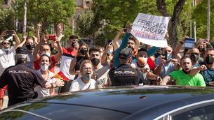 Desenes de persones han protestat contra la presència de Sánchez i Grande-Marlaska a Ceuta (EFE / Brais Lorenzo)