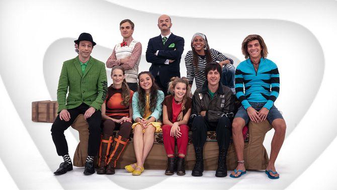 Tots els integrants de la família del Super3 asseguts al sofà