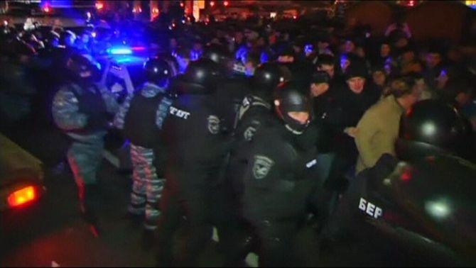 Desenes de ferits i detinguts a la manifestació d'europeistes ucraïnesos aquesta matinada a Kíev