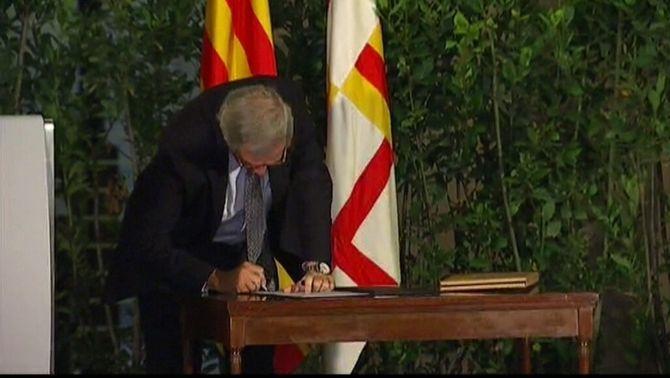 """Xavier Trias firma el document de la campanya '""""Ara és l'hora""""."""