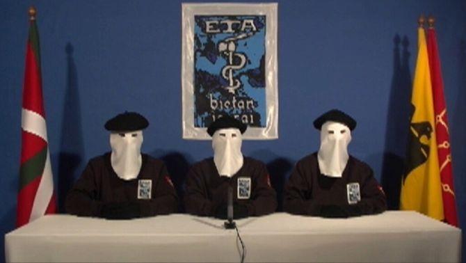 Tres militants d'ETA llegint el comunicat d'alto el foc el gener del 2011