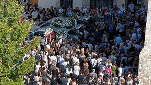 L'arribada dels cotxes fúnebres a l'església de Sant Pere de Rubí (EFE)