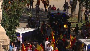 Abraçades a la policia i crits i tensió contra els Mossos