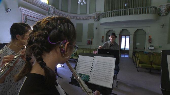 """""""Som sords, però podem fer música"""": l'orquestra de joves que trenca barreres"""