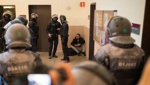 El raper Halél, assegut al terra, durant la seva detenció al rectorat de la Universitat de Lleida (Pau Venteo)