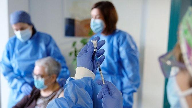 La vacuna de Pfizer redueix entre un 88% i un 92% el risc de contagi en residències