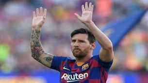 Messi saluda el públic del Camp Nou