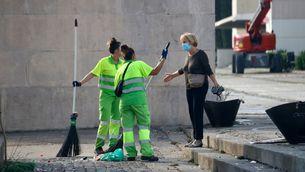 Dues treballadores de neteja de l'Ajuntament de Barcelona (ACN/Blanca Blay)