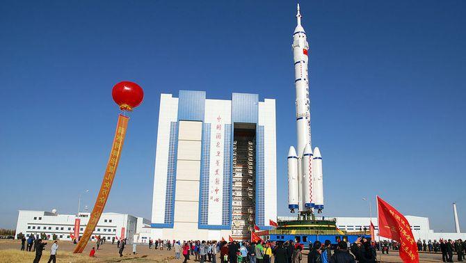 El coet xinès Llarga Marxa, a la rampa de llançament