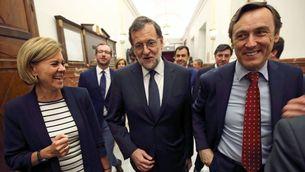 Rafael Hernando al costat de Mariano Rajoy i María Dolores de Cospedal, als passadissos del Congrés (Reuters)