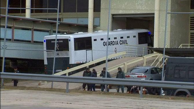L'autocar de la Guàrdia Civil arriba a Soto del Real i acaba el trasllat dels presos
