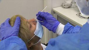 Més tests d'antígens per dessaturar els laboratoris de PCR