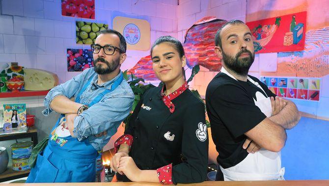 """La Paula amb el Jair i en Peyu, els convidats del primer capítol de la tercera temporada de """"Manduka""""."""