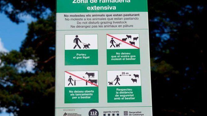 Cartell on es demana que es porti el gos lligat