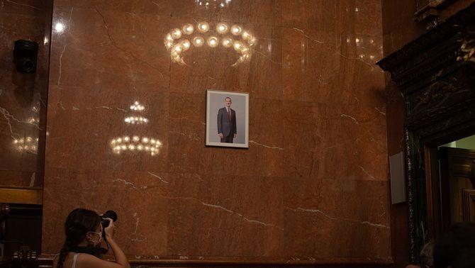 Una fotògrafa capta la imatge del retrat Felip VI a la sala de plens de Barcelona