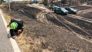 Agents Rurals inspeccionen la zona on ha començat l'incendi de Santa Coloma de Queralt, al costat de la carretera