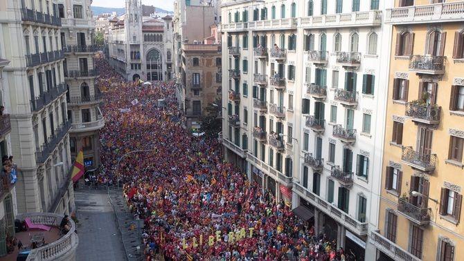 El gruix de la manifestació baixa la Via Laietana (EFE/Marta Pérez)