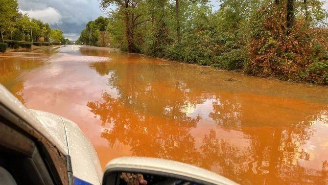 La carretera B-124 ha estat tallada per excés d'aigua a la calçada