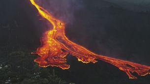 El volcà de La Palma muta d'estrombolià a hawaià i augmenta molt l'emissió de lava