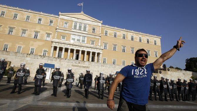 El Parlament grec aprova el pla d'austeritat enmig de noves protestes massives