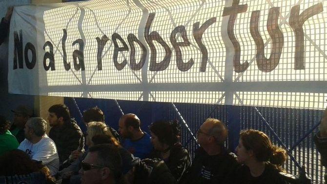 Una cinquantena de persones s'encadenen a la porta del CIE de la Zona Franca perquè no el reobrin