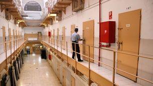 Un funcionari fent l'últim recompte a la presó Model el dia del seu tancament (ACN)