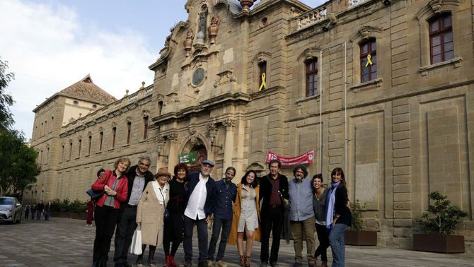 Pla general d'alguns dels autors que participen de Cervera, Vila del Llibre com Pilarín Bayés i Joan-Lluis Lluís, entre d'altres amb el di…