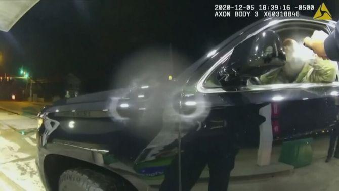 Amenaces i esprai sense motiu: nou vídeo de violència policial als Estats Units