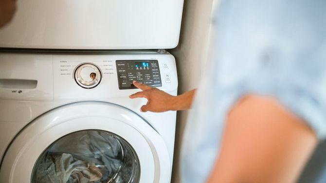 Fer funcionar la rentadora a les hores vall pot ser que no acabi tenint una gran repercussió en la factura elèctrica (Pexels / Rodnae productions)