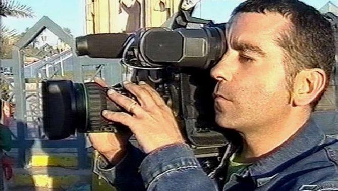 El periodista de Telecinco José Couso amb la càmera a la mà (Europa Press)