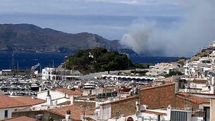 Els Bombers treballen en un incendi forestal a Portbou