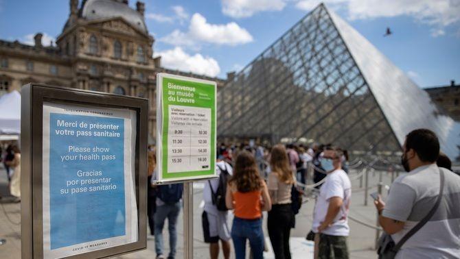 Cua al Louvre, a París, on s'exigeix el certificat digital