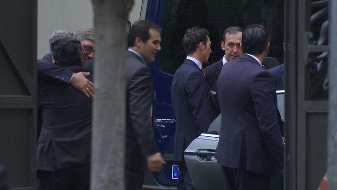El secretari d'estat d'Educació, Marcial Marín, s'abraça amb el delegat del govern espanyol a Catalunya, Enric Millo