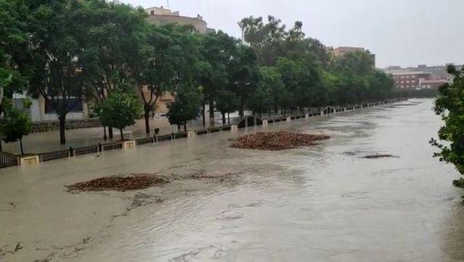 El Segura es desborda a Oriola mentre continua plovent al País Valencià i Múrcia