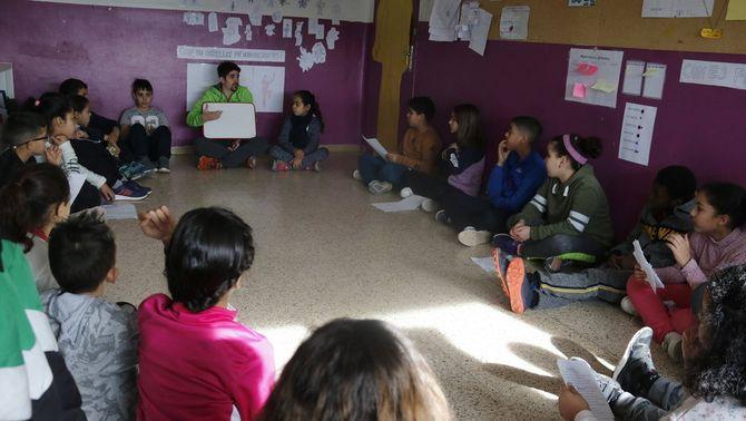 Pla mitjà d'una aula de l'escola Sant Ignasi de Manresa on realitzen una activitat relacionada amb el programa Magnet. Imatge del 27 de ge…