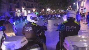 Dos agents de la Guàrdia Urbana patrullen al Born per dispersar les festes