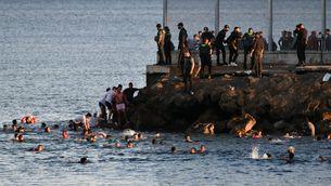 Milers de migrants arriben a Ceuta davant la passivitat de la policia marroquina