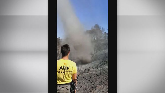 Un gran dimoniet de pols i cendres en l'incendi extingit de Castellví de Rosanes