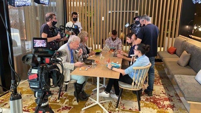 """En Marc i l'equip del programa gravant un dels capítols de """"Joc de cartes"""""""