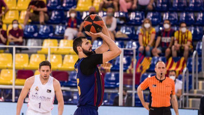 El jugador del Barça Nikola Mirotic, durant la final de la lliga ACB, amb públic a la graderia