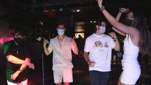Un grup de joves balla amb mascareta a la discoteca Flashback de Salou el 23 de juny