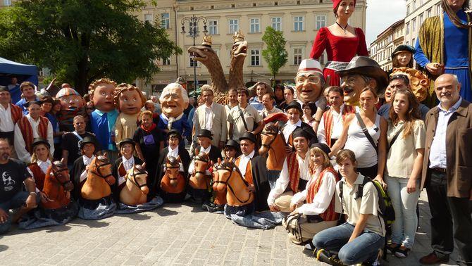 Una vintena de grups representen una variada mostra de la cultura popular catalana als carrers de Cracòvia