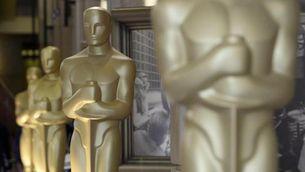 Grans estàtues dels Oscars a l'exterior del Dolby Theatre. (Foto: EFE)