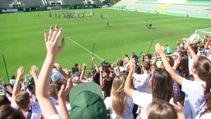 Els aficionats animen els jugadors del Chapecoense a l'entrenament