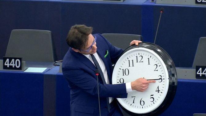 Un eurodiputat de la Lliga Nord italiana mostra un rellotge gegant en el debat sobre el canvi horari