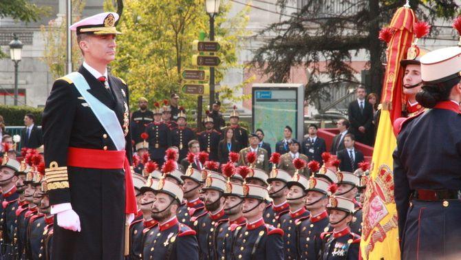 El rei, la bandera, l'himne, símbols constitucionals que defensa l'exèrcit