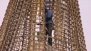 La Sagrada Familia puja quatre pisos de cop