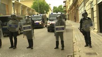 Imatge de:Desnonen tres joves del bloc Llavors amb un fort desplegament policial