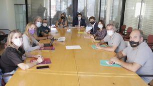 Els equips negociadors de PSC, Guanyem, ERC, Badalona en Comú i Junts en la primera reunió per preparar la moció de censura (ACN/Jordi Pujolar)